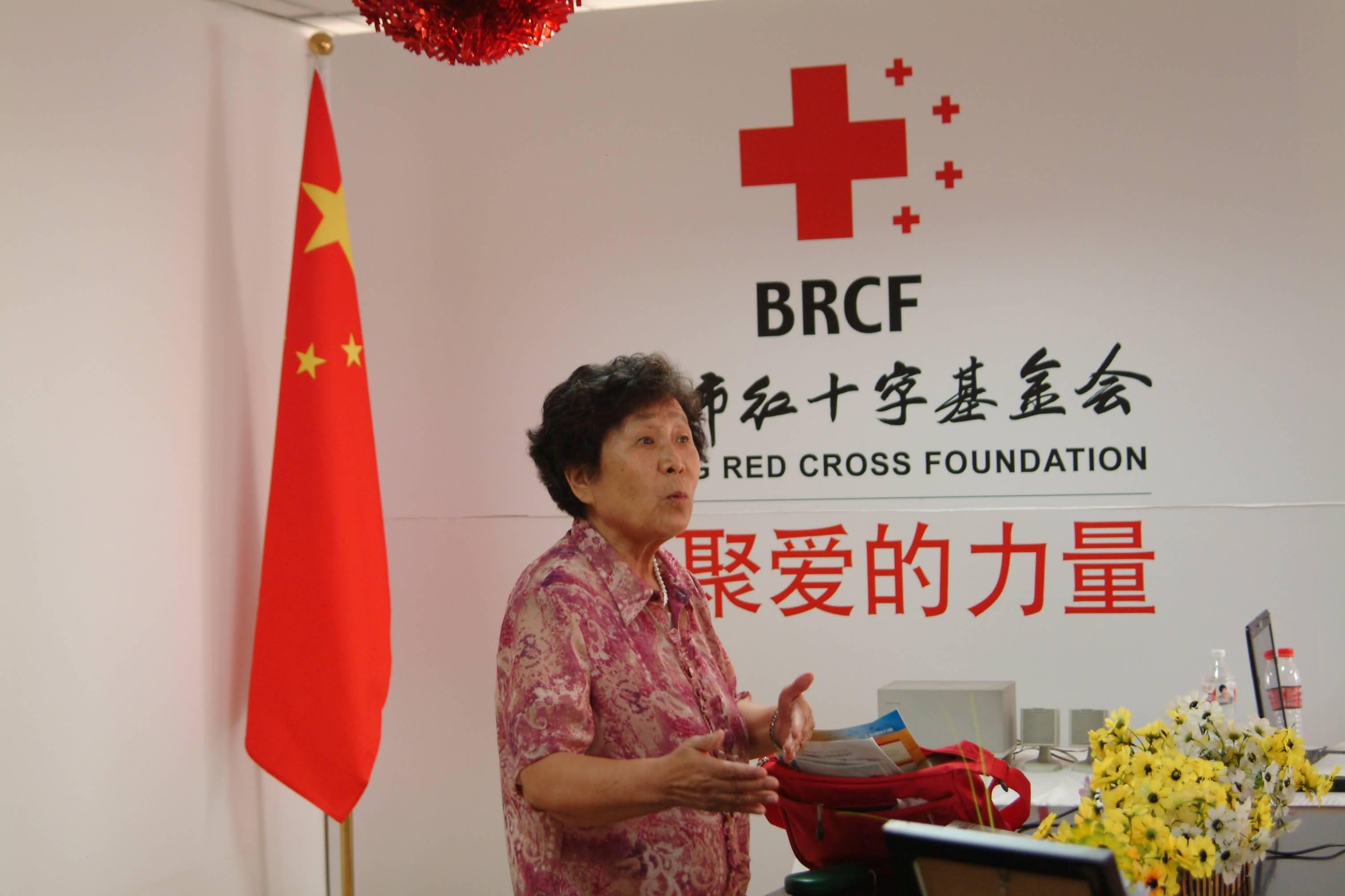 此次活动是北京[生命十字家园]首次以医患互动交流的方式开展的小型会议。通过活动,北京生命十字家园活动中心确定了会员可接受的首批活动科目并正式向广大会员开放。 成功抗癌十七年,郭林气功彭老师为癌症患者讲述自己的成功经验 癌症患者认真聆听彭老师的精彩讲座 参加活动的来宾有北京市红十字基金会项目部主任郑玉真、北京著名节目主持人罗冰梓、[癌症救助网]主编吕勇、[生命十字家园]园长王俊 查斯、郭林气功彭老师以及众多癌症患者等。 生命十字家园的工作人员与癌症患者们合影留念 会上,郭林气功班的彭老师为大家介绍了郭林气功